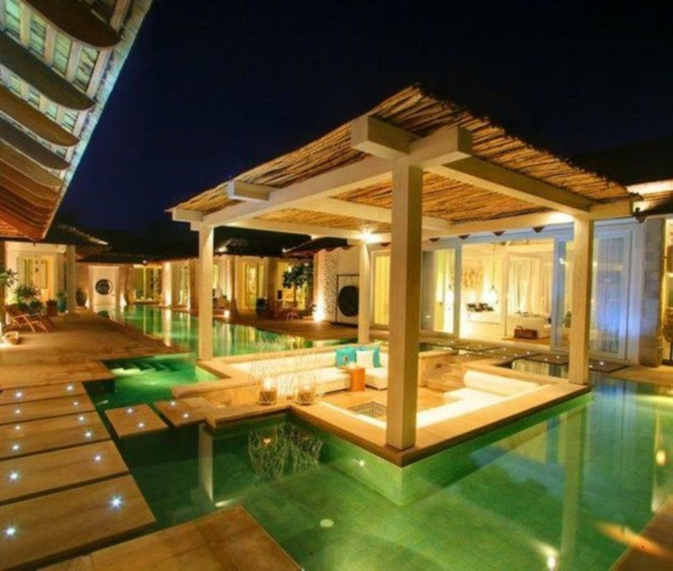 Outdoor living room in the middle of a pool