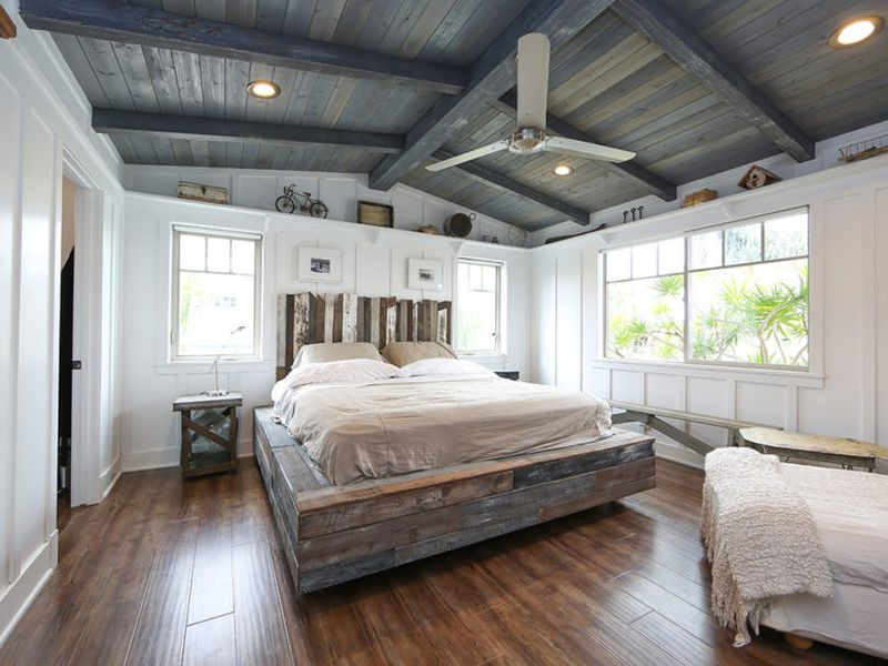 A-weathered-wood-ceiling-a-weathered-wood-platform-bed.-1